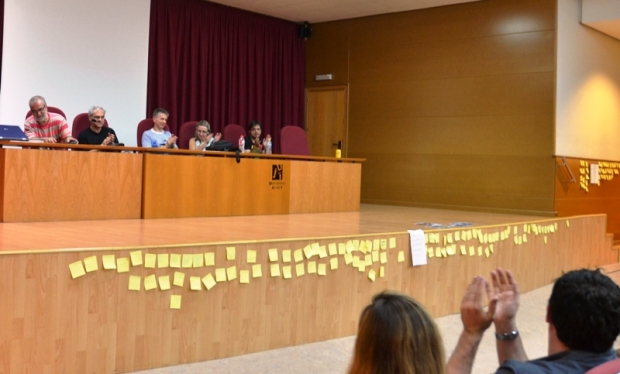 Ideas y comentarios envuelven la sala a través de Post-it. Foto By A. Fidalgo